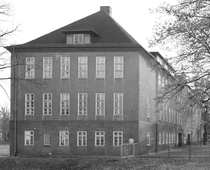 schwarz/weiß Bild vom alten Alexander S. Puschkin Gymnasium