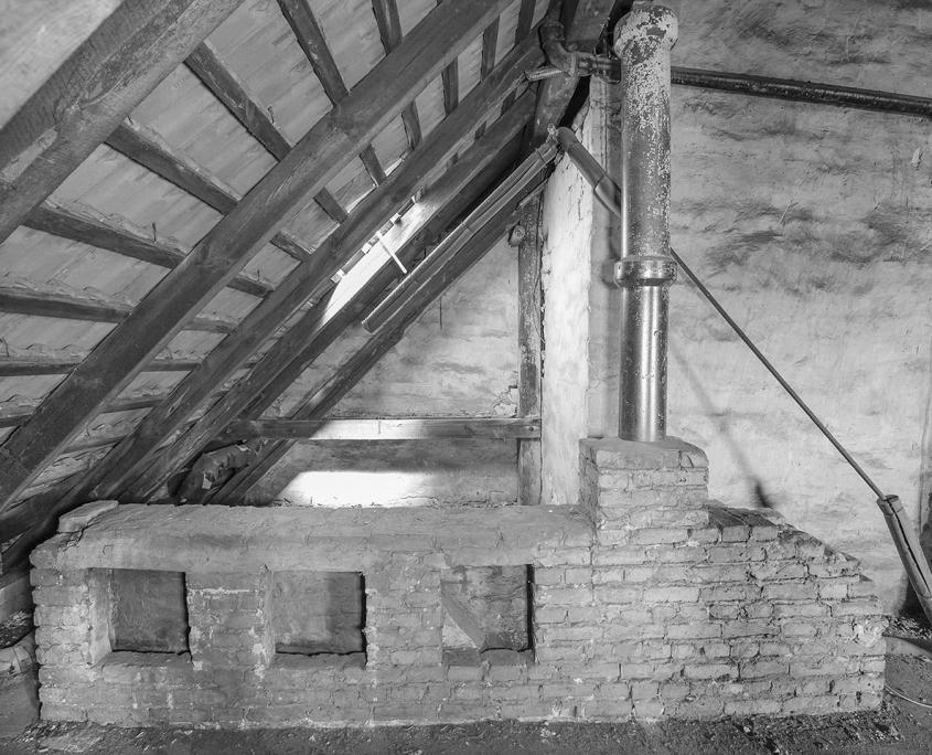 schwarz/weiß Bild vom alten Dachstuhl