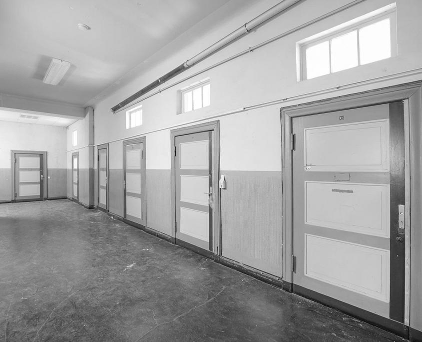 schwarz/weiß Bild vom alten Fenstern und Türen
