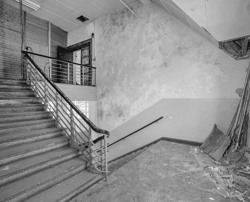 schwarz/weiß Bild vom alten Treppenhaus