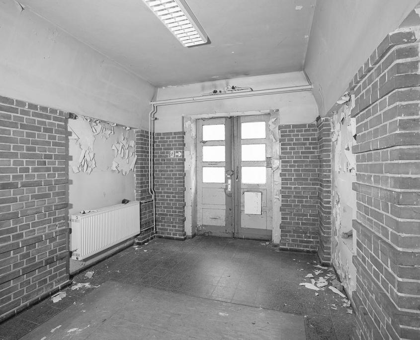 schwarz/weiß Bild von alten Wänden und Boden