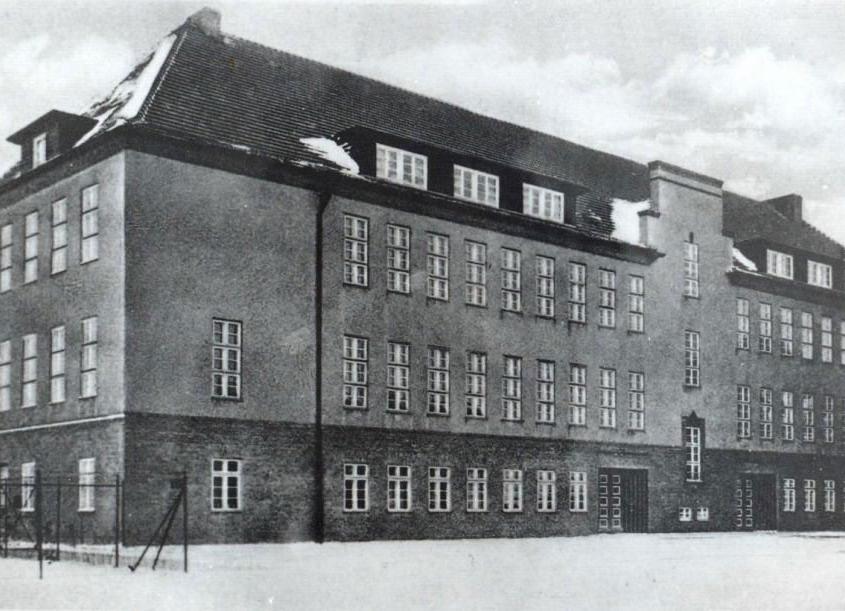Altes schwarz/weiß Bild vom Alexander S. Puschkin Gymnasium