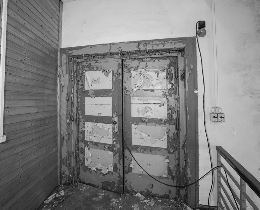 schwarz/weiß Bild von alter Tür, Farbe blättert ab