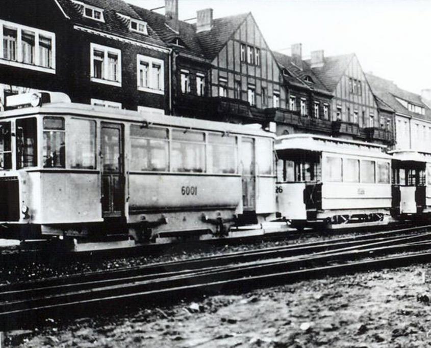 schwarz/weiß Bild von Hennigsdorf mit Straßenbahn